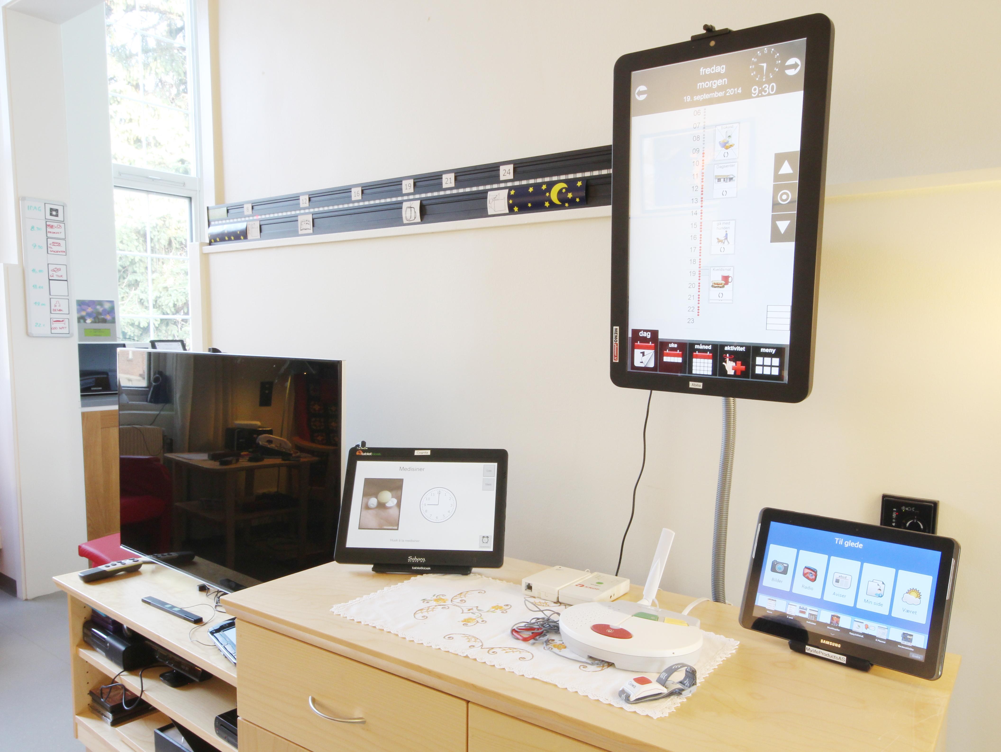Bilde av div digitale kalendre utstilt på almas hus