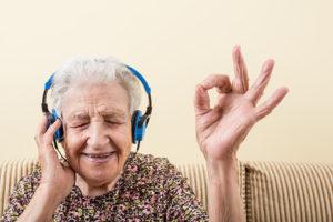 Bilde av dame som hører på musikk med øretefoner