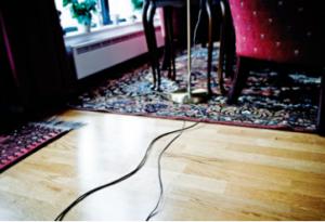 Bilde av ledninger på stuegulv som man kan snuble i