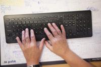 Hender som skriver på tastatur