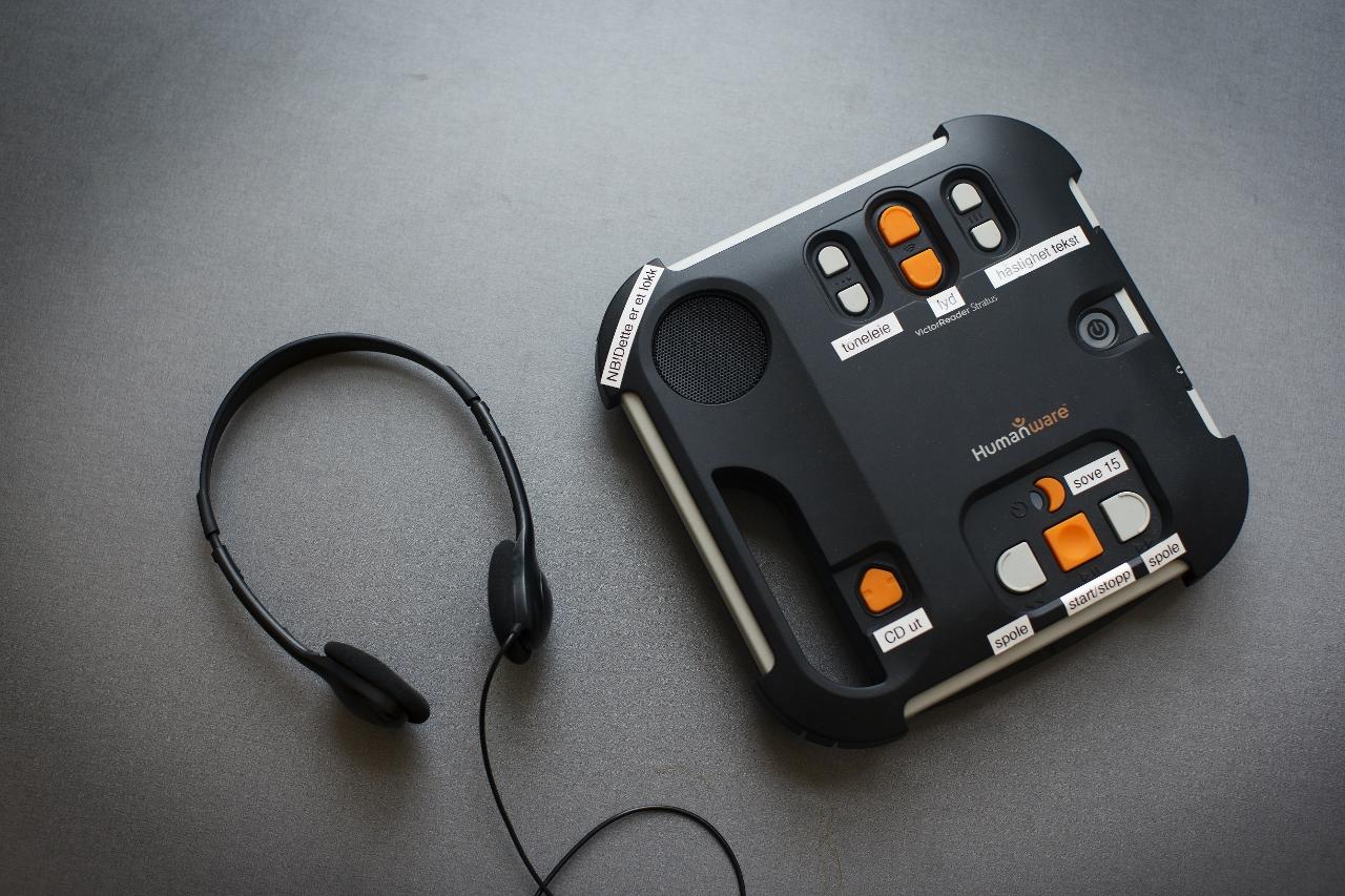 Bilde av lydbokspiller med høreatelefoner