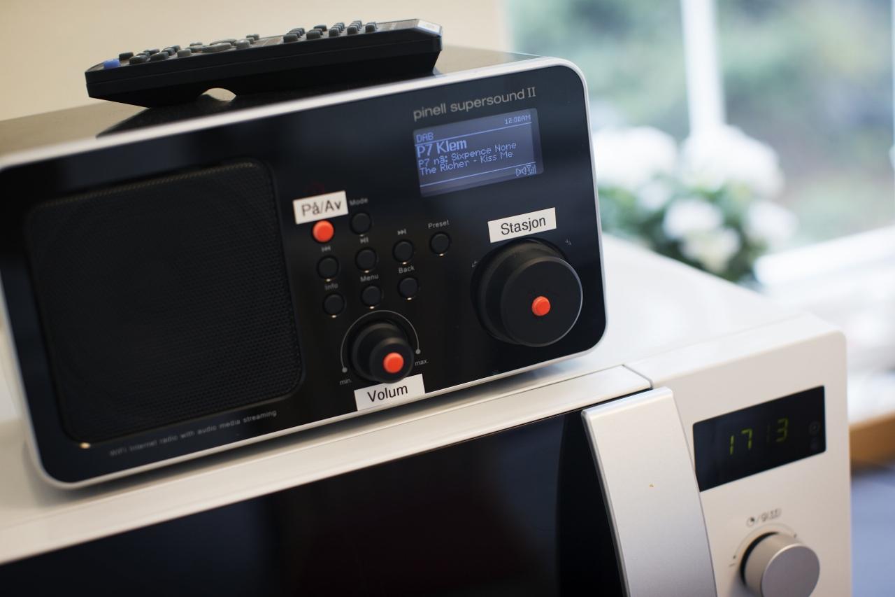 Markeringsknotter på radio hvor enkelte knapper er uthevet for enklerer bruk.
