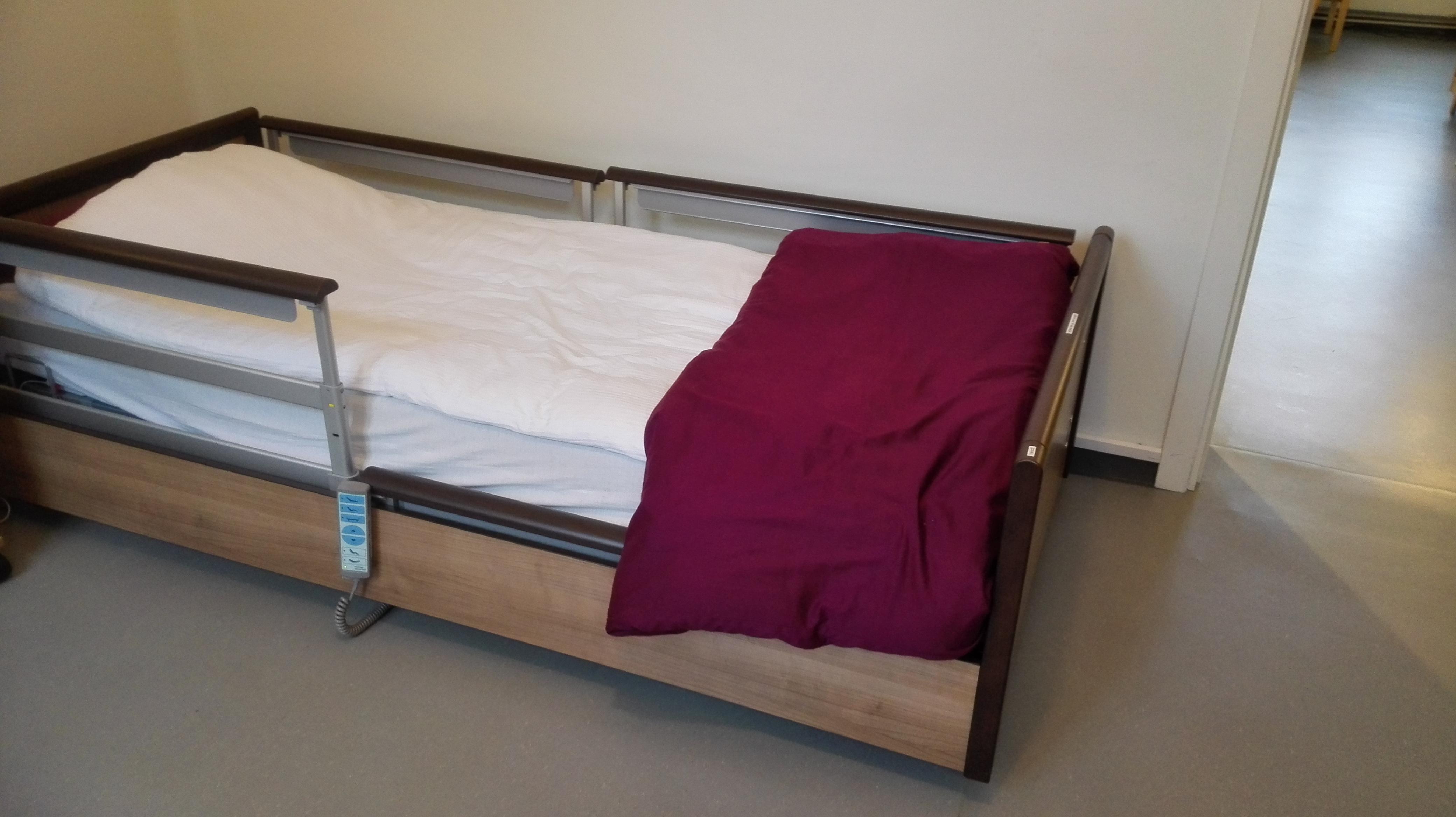 Seng som kan senkes så lavt at fall ut av seng vil lite sannsynlig gi skade.