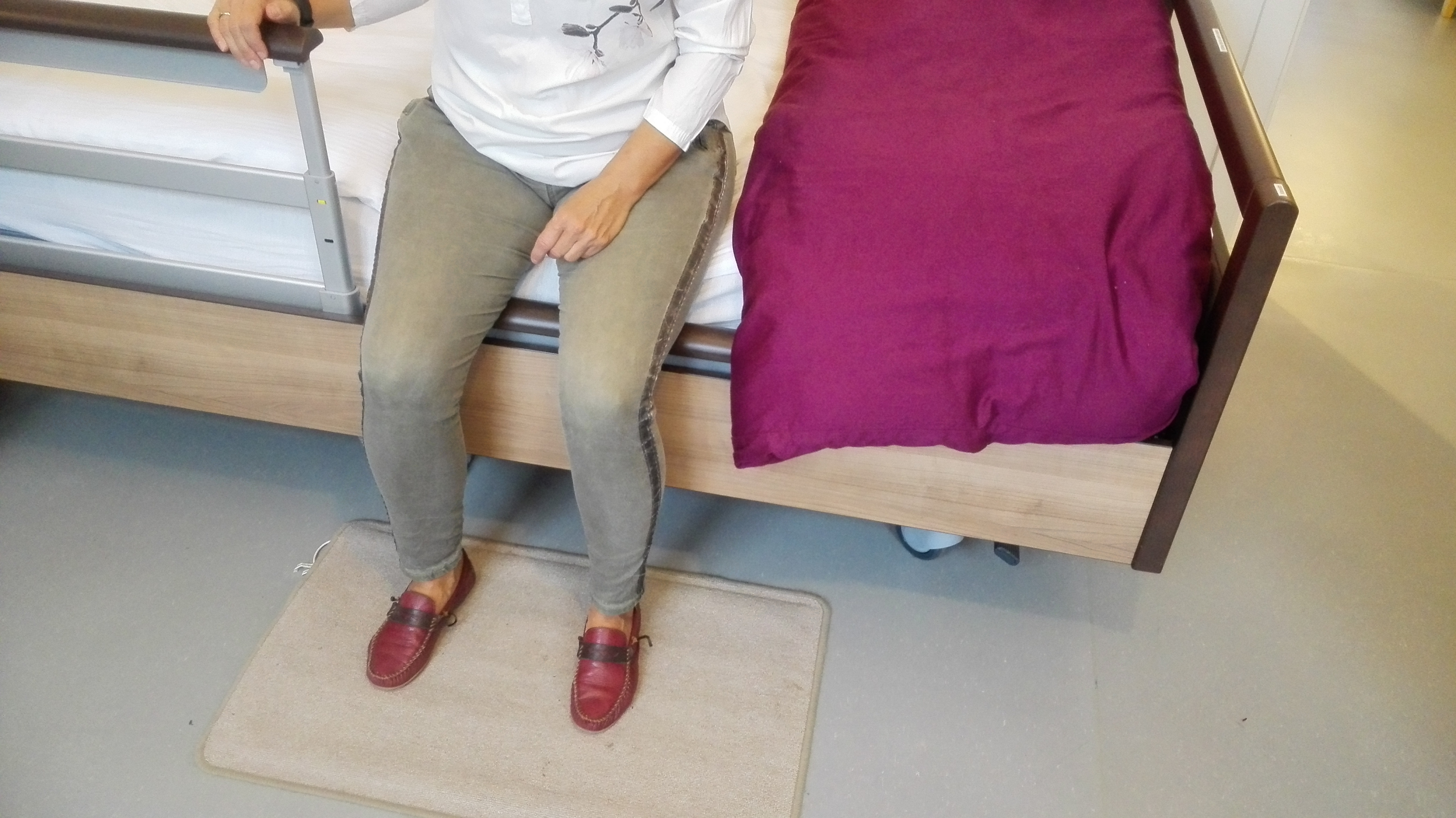 Tråkkematte foran seng som registrerer og varsler når du går ut av sengen.